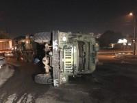 В Киеве перевернулся военный грузовик