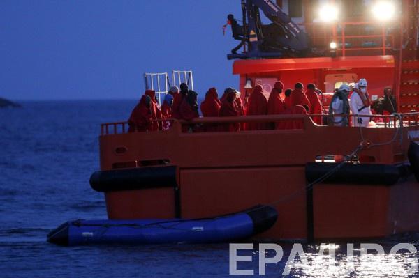 Судно быстро набрало воду и все пассажиры оказались в открытом море.