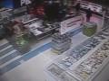 В Кривом Роге голый мужчина прыгнул в аквариум супермаркета (ВИДЕО)