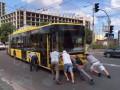 В Киеве пассажиры толкали сломавшийся троллейбус