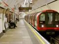 В Лондоне мужчина толкал людей под поезд