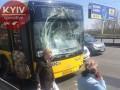 В Киеве на Северном мосту автобус врезался в троллейбус