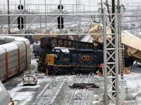 Семь вагонов грузового поезда сошли с рельсов в США