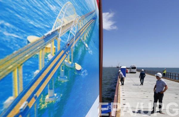 Азаров восхищен тем, как Россия строит мост в Крыму