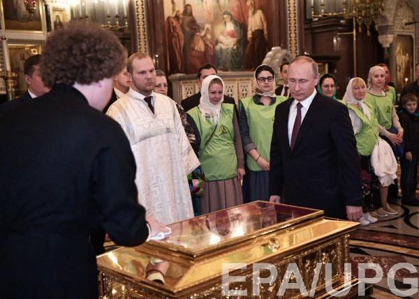 Президент России поклонился мощам святителя Николая Чудотворца вХраме Христа Спасителя