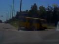 В Киеве неадекватный водитель маршрутки снес дорожный знак