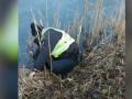 В Луцке на видео попал коп, который выбрасывал наркотики в воду
