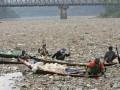Китайский бизнесмен предложил чиновникам за деньги искупаться в грязной реке
