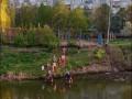 В Чернигове подростки катаются по реке на домиках для уток