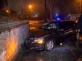 В Днепре голый мужчина на авто врезался в стену и пытался застрелиться