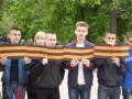 В Донецке школьники развернули полуторакилометровую георгиевскую ленту и пели песни