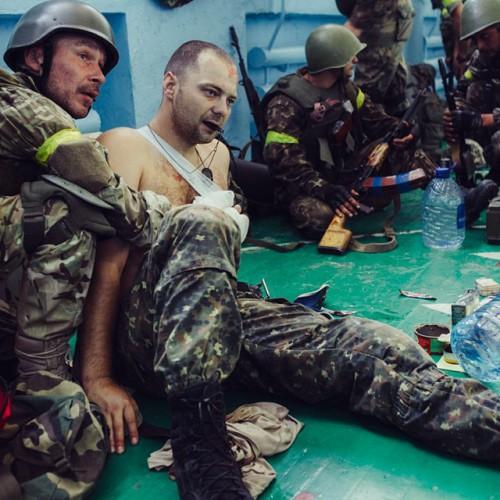 """Андрей Наливайко, представитель """"Правого сектора"""", помогает эвакуации раненого бойца Нацгвардии 31 августа под Радой - Цензор.НЕТ 4658"""