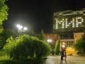В центре Донецка на офисе Ахметова появилась надпись Мир