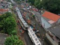 В Индонезии пассажирский поезд сошел с рельсов: десятки пострадавших