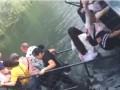 Мост с туристами обрушился в Китае из-за любителя селфи