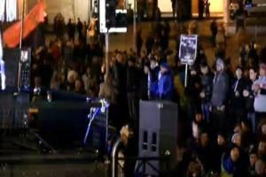 С импровизированной сцены на Майдане Незалежности политики призывают к мирным протестам и просят не реагировать на провокации