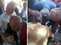 Школьник упал в обморок на последнем звонке с Порошенко