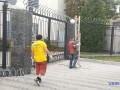 Посольство РФ в Киеве освобождают от колючей проволоки
