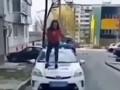 В Ровно школьница танцевала на капоте полицейского автомобиля