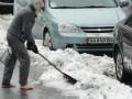 В центре Киева неизвестный мужчина босиком убирал снег