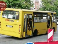 В Киеве у маршрутки на ходу отлетело три колеса