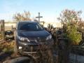 В Харькове священник на джипе ездил по могилам на кладбище