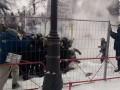 Появилось видео, как полиция под Радой штурмует митингующих