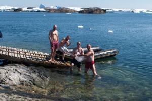Украинские полярники скупались на Крещение в бухте в Антарктике