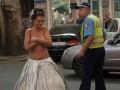 В центре Одессы гаишник прогнал голую девушку (ВИДЕО)