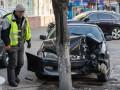 Cпасло дерево: в Киеве Toyota чуть не снесла остановку