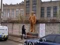 В Киеве у метро поставили памятник Ленину и просили деньги за фото