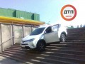 В Киеве джип Toyota попытался съехать по лестнице и застрял