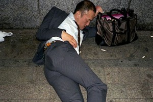 Японцы спят на тротуарах, уставшие от работы – фото