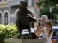 В центре Киева открыли скульптуру ворона-интеллигента (фото)