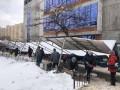 В Киеве на головы людей упал железный навес