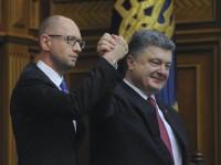 Порошенко наградил Яценюка