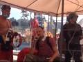 На Майдане перед горящими баррикадами поют