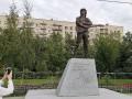 Тысячи людей пришли к могиле Цоя в день 30-летия его гибели