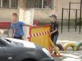 Одесские дети перекрыли двор дома и брали плату за проезд
