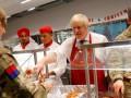 Борис Джонсон угостил военных обедом в Эстонии