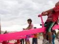 На заборе на границе между Мексикой и США установили качели