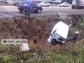Возле Харькова после аварии авто угодило в канаву