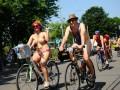 Без комплексов: Голые велосипедисты проехались по городам Великобритании