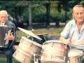Настраивают на позитив: донецкий дуэт дает концерты в осажденном городе (видео)
