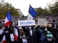 Во Франции тысячи людей почтили память убитого учителя