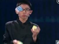 13-летний китаец собрал три кубика Рубика, жонглируя ими, и установил рекорд
