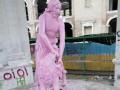 В Киеве перекрасили в розовый цвет скульптуру-фонтан Самсон