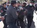В Ереване задерживают протестующих оппозиционеров