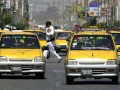 В Перу таксисты заставили пойманных угонщиков бегать по холоду голыми