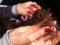 В Киеве неизвестные вырвали прядь волос у девушки, которая агитировала за оппозиционера